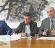 O Dr. Cristiano Colombo, à direita, apresentando seu trabalho.